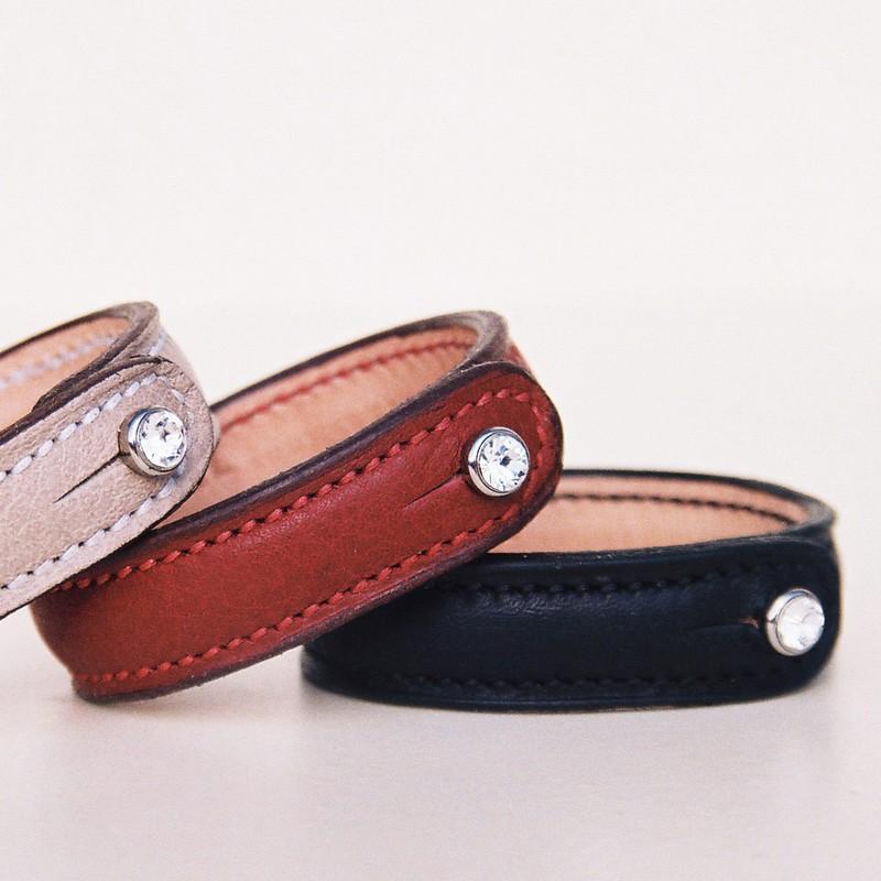 Bracelets bouton crystal, taurillon sable, rouge cardinal et noir