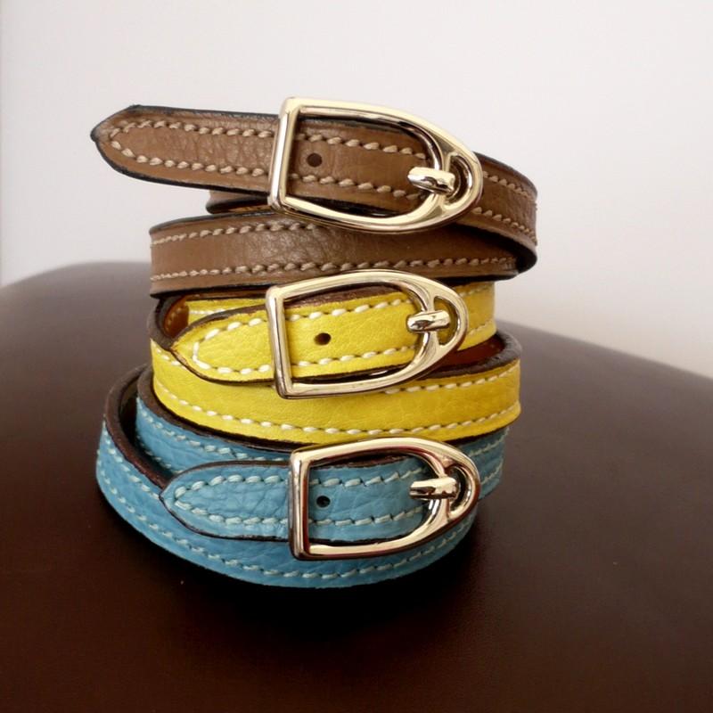 Bracelets étrier, taurillon taupe, jaune citron et ciel